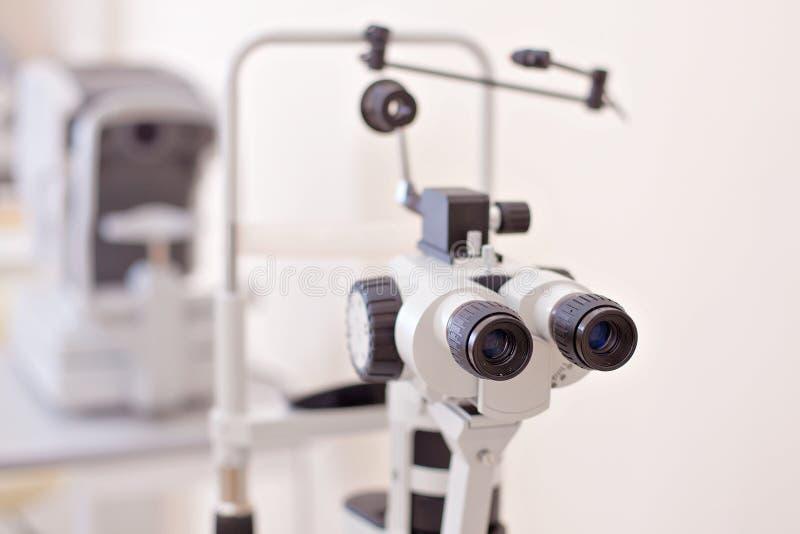 眼睛检查在眼医实验室 免版税库存照片