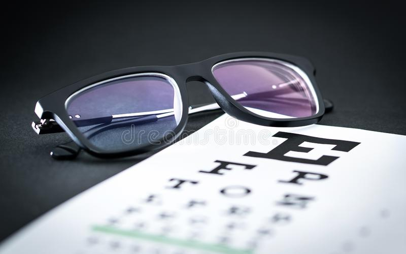 眼睛测试和视域检查概念 在信件图的玻璃 图库摄影