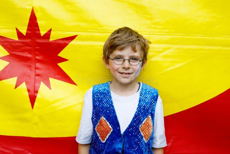 眼睛玻璃的小孩男孩在魔术师服装 做马戏的愉快的孩子当学校项目 图库摄影