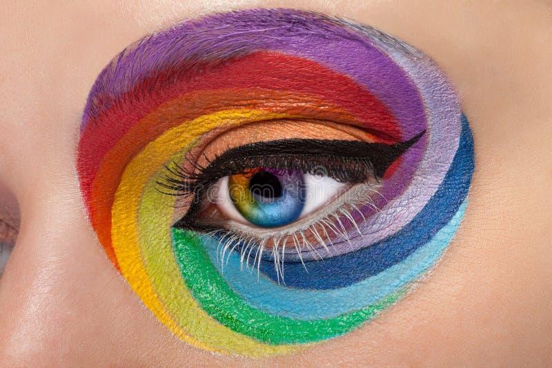 眼睛的关闭与艺术性的彩虹组成 免版税库存图片