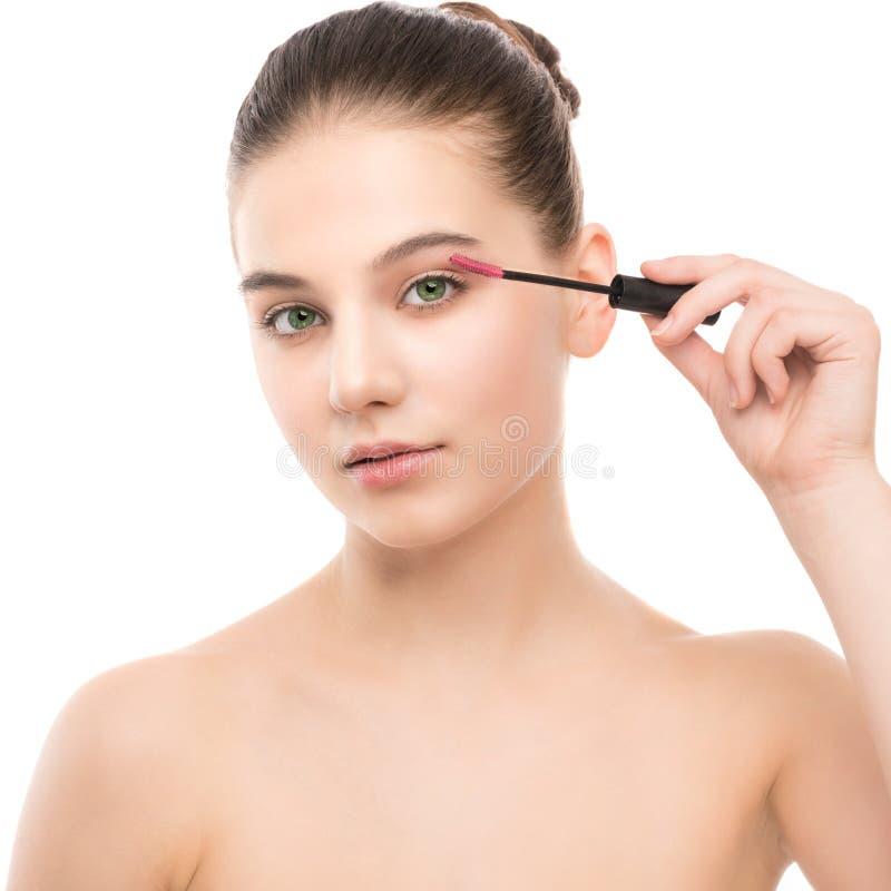 眼睛组成申请 应用特写镜头,长的鞭子的染睫毛油 构成刷子 查出 免版税图库摄影