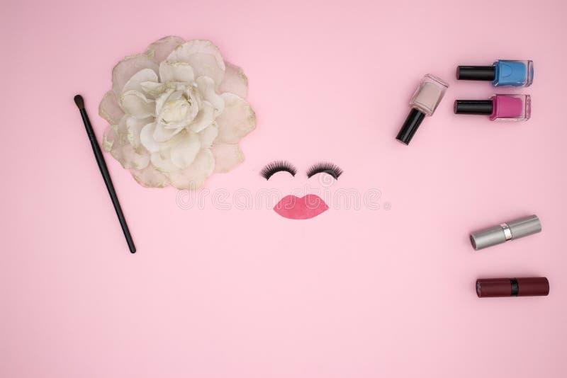 眼睛鞭子和组成产品在桃红色背景 免版税图库摄影