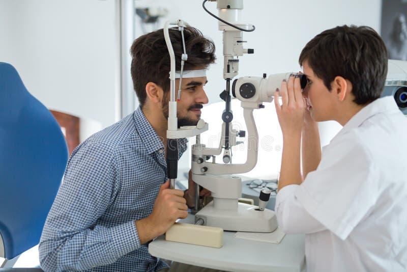 眼科学概念 在眼科诊所的耐心眼睛视觉考试 免版税图库摄影