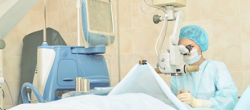 眼科学激光显微镜操作 诊所的医生 耐心眼睛治疗 近视和大瀑布撤除 免版税库存图片