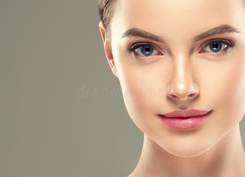 眼罩补丁化妆女性妇女面孔健康皮肤 免版税库存图片
