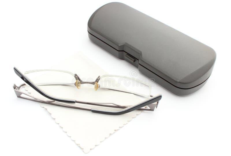 眼镜、清洁布和案件在白色背景 免版税库存照片