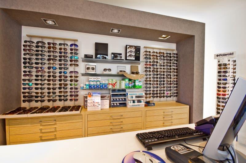 眼镜师商店内部 免版税图库摄影