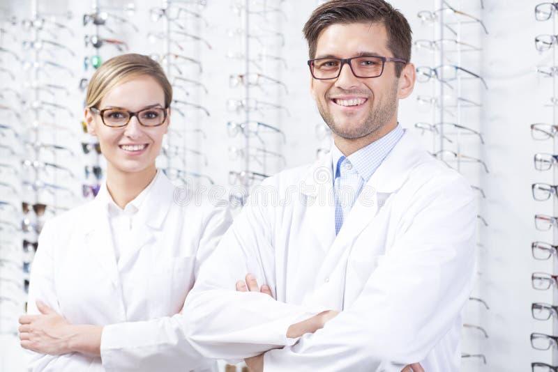 眼镜师在眼镜师商店 免版税图库摄影