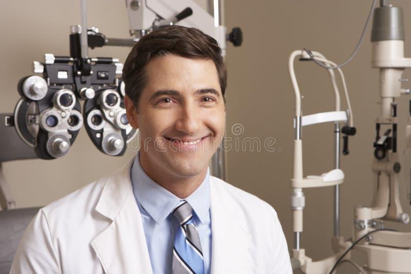 眼镜师画象手术的 免版税库存照片