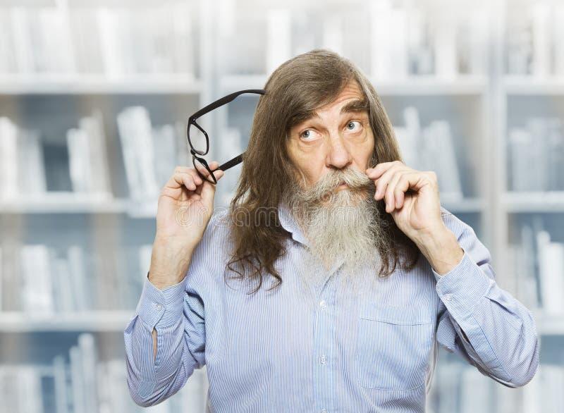 戴眼镜的体贴的前辈认为被启发的沉思老人的 图库摄影