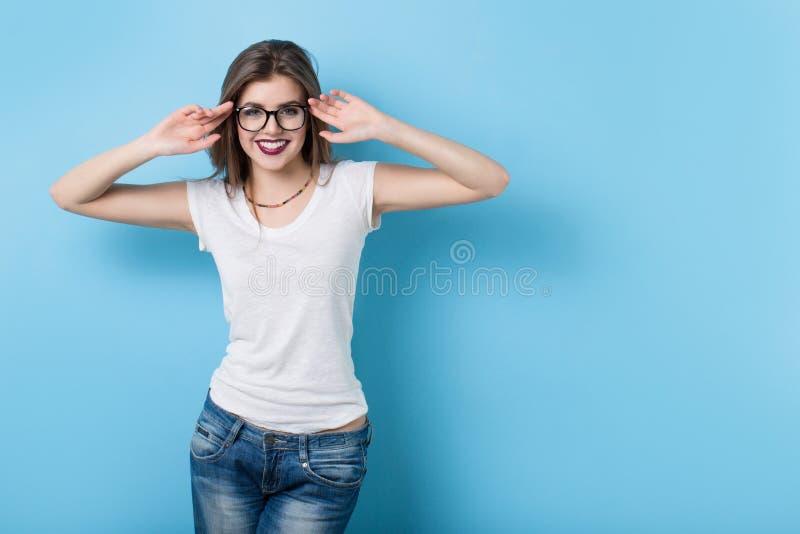 戴眼镜的女孩在一个现代样式 库存照片