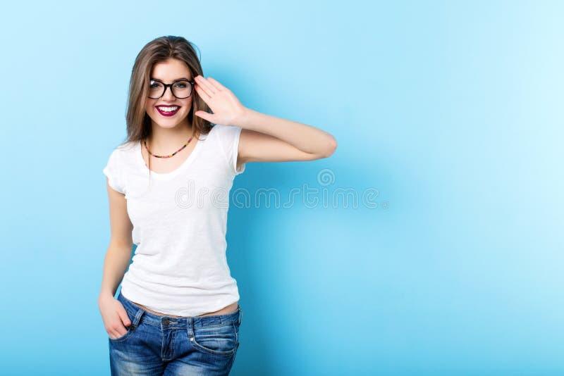 戴眼镜的现代妇女在蓝色 库存照片