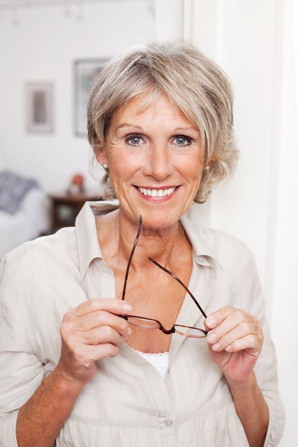 戴眼镜的现代老妇人 免版税图库摄影