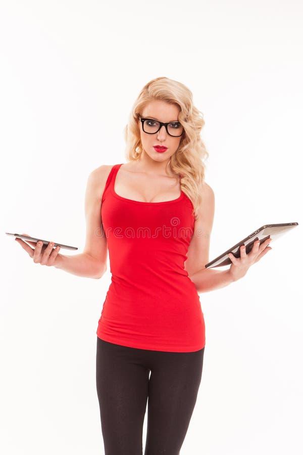 戴眼镜的美丽的年轻白肤金发的妇女在红色T恤杉藏品 免版税库存照片