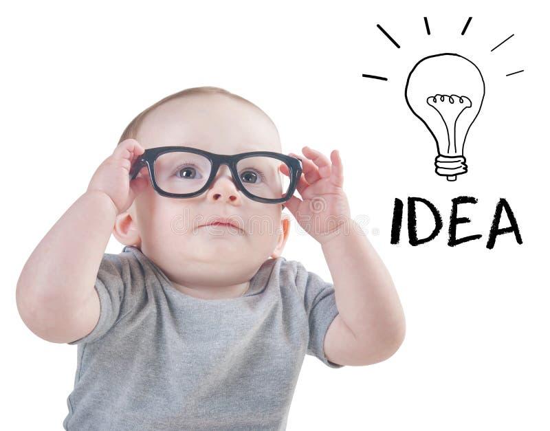戴眼镜的聪明的婴孩有一个想法 免版税库存照片
