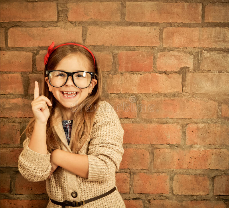 戴眼镜的滑稽的小女孩 免版税库存图片