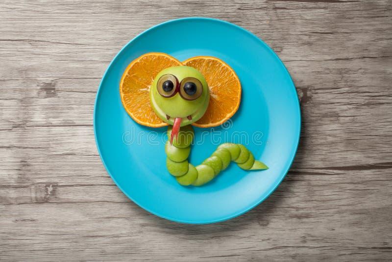 眼镜蛇由苹果和桔子制成 免版税库存图片
