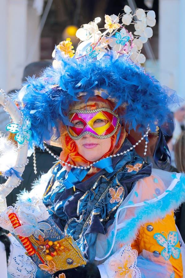 戴着一个五颜六色的面具的妇女在威尼斯期间狂欢节  库存照片