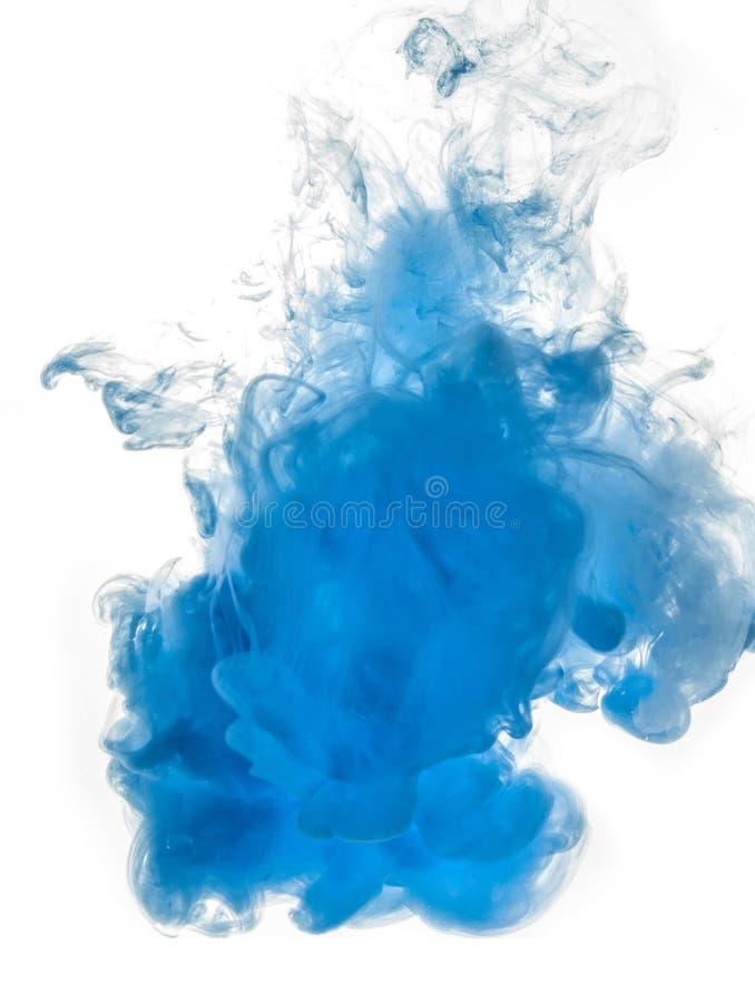 着墨漩涡在白色背景隔绝的水中 油漆在水中 软的传播小滴蓝墨水 图库摄影