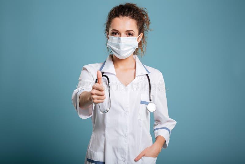 戴着手术口罩的一位女性医生或护士的画象 库存图片