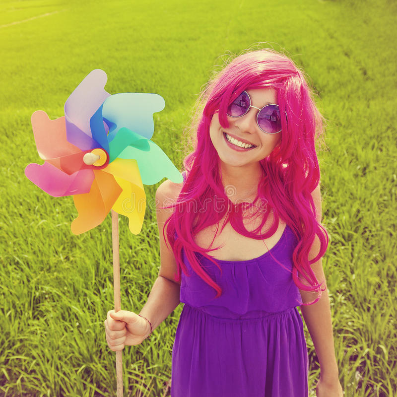戴着桃红色假发的乐观少妇 库存照片