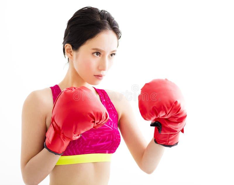 戴着红色拳击手套的健身少妇 免版税库存照片