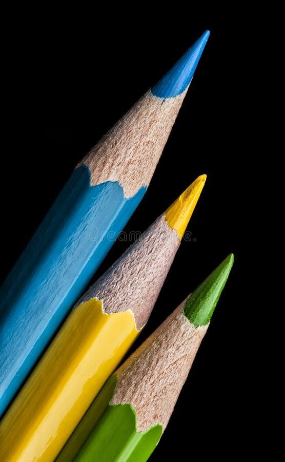 着色在黑背景隔绝的蜡笔铅笔。关闭。 免版税库存图片