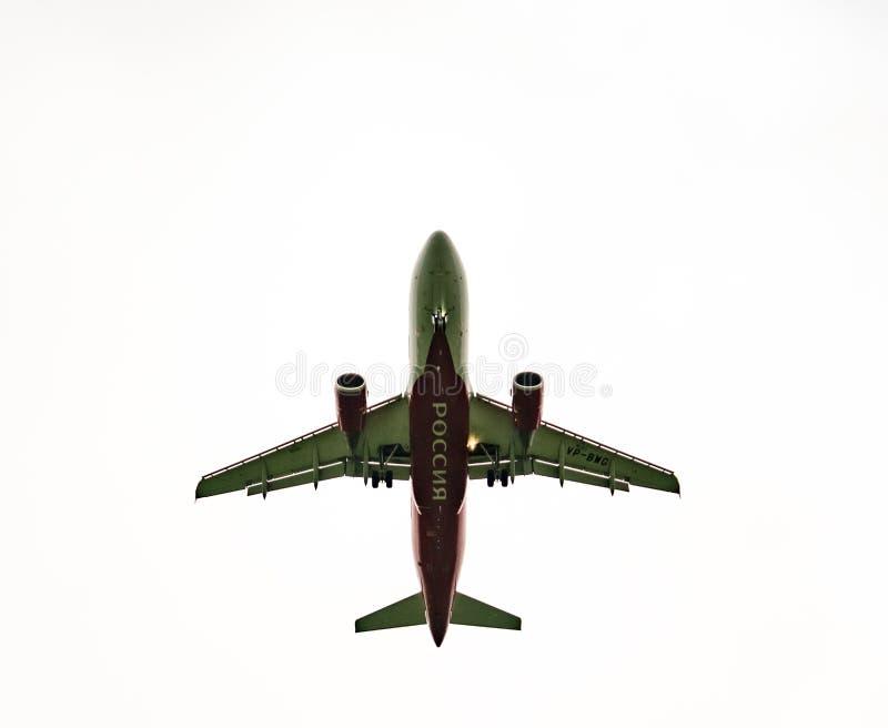 着陆在多云天气的飞机 库存图片