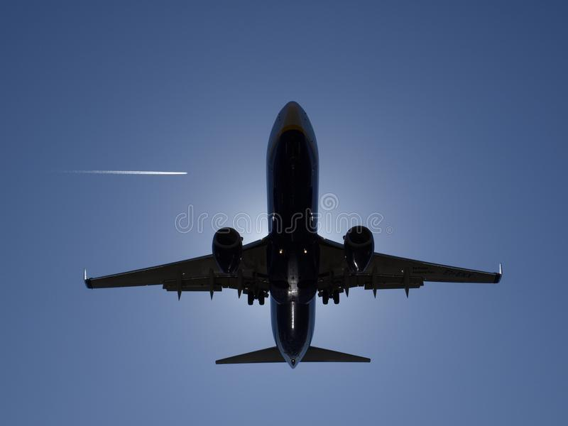 着陆aproach飞机太阳阴影 库存图片