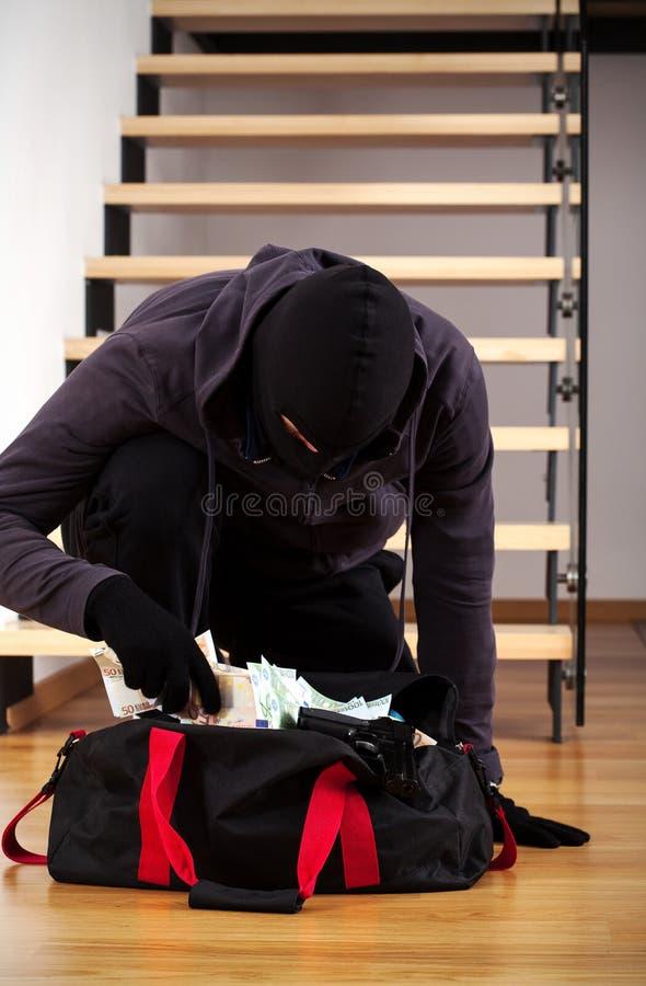 戴着面具的侵入家宅者 库存图片