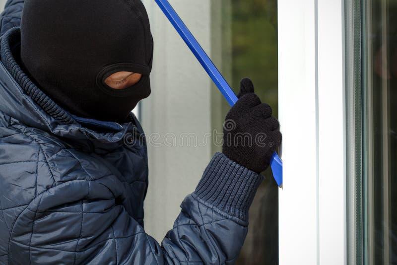 戴着面具的侵入家宅者 免版税库存图片