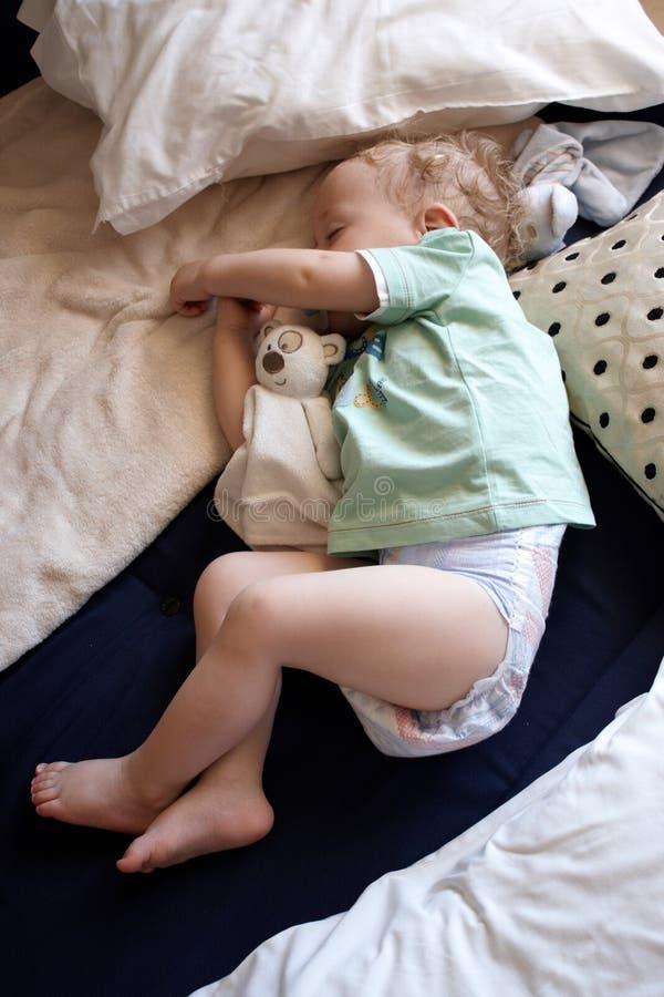睡着一个的小男孩 库存图片