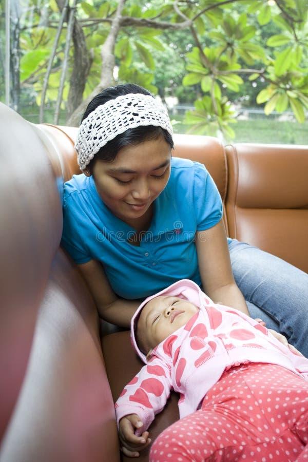 睡着的婴孩秋天妈妈注意 免版税图库摄影