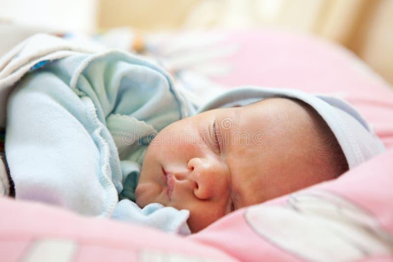 睡着的婴孩美丽的男孩老一个星期 免版税图库摄影