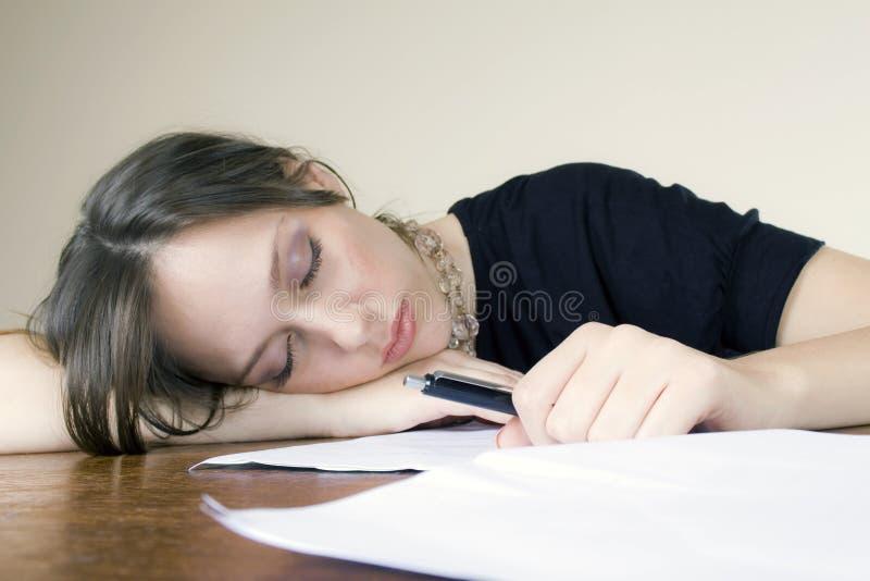 睡着的有吸引力的桌面她的秘书年轻&# 免版税库存图片