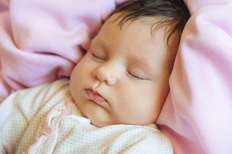 睡着美丽的一个月大的婴孩特写镜头画象  免版税库存图片