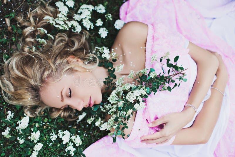睡美人在庭院里 库存照片