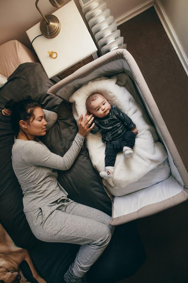 睡觉与她的婴孩的母亲的顶视图 免版税图库摄影