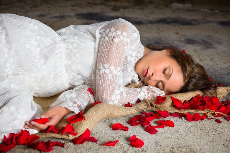 睡觉与玫瑰花瓣 免版税库存图片