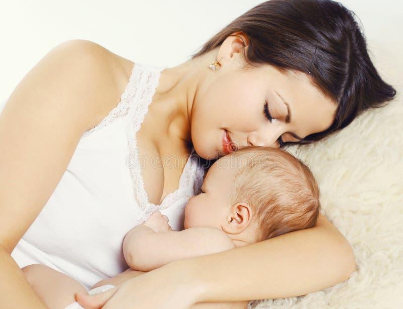 睡觉与婴孩的年轻母亲特写镜头画象 图库摄影