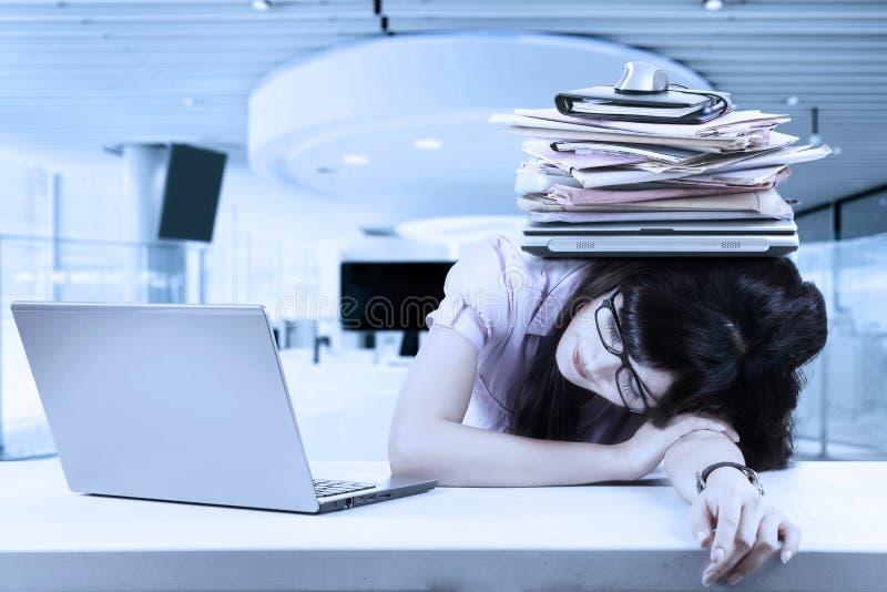睡觉与负担的紧张企业家 库存照片