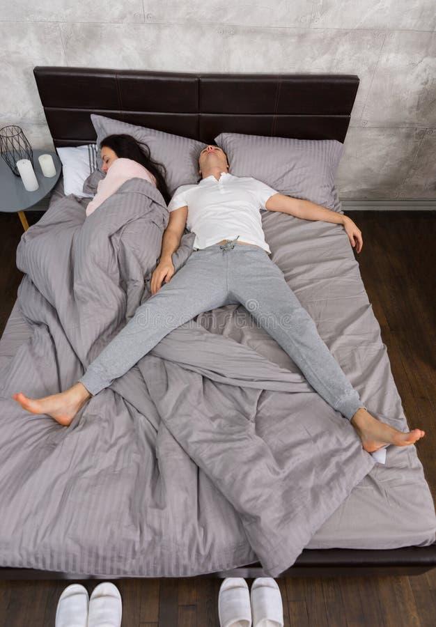 睡觉在与他的妻子的自由秋天位置的年轻人被占领 库存照片