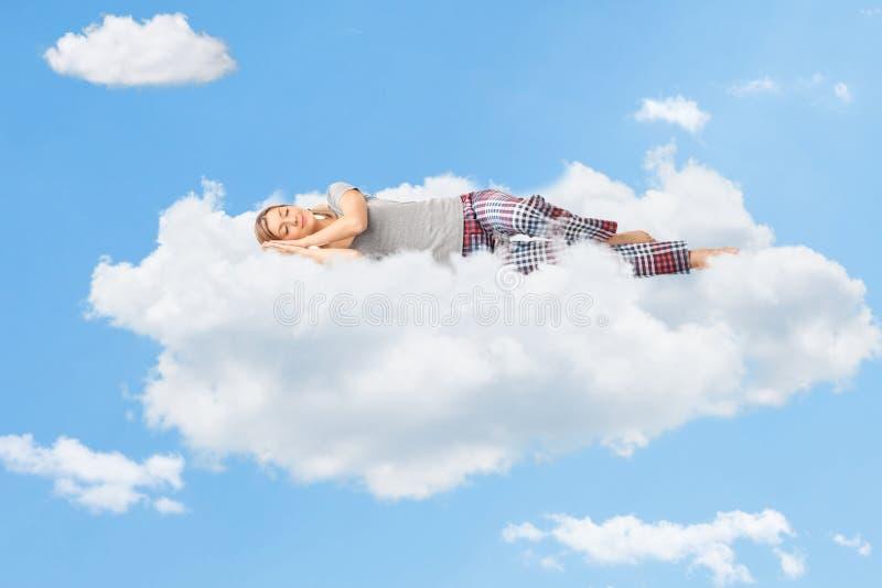 睡觉在云彩的妇女的平静的场面 免版税库存图片