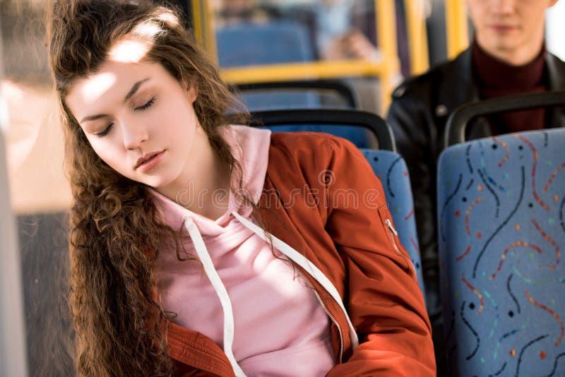 睡觉在公共汽车上的女孩 库存照片