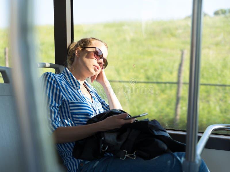 睡觉在公共汽车的疲乏的妇女画象 库存照片