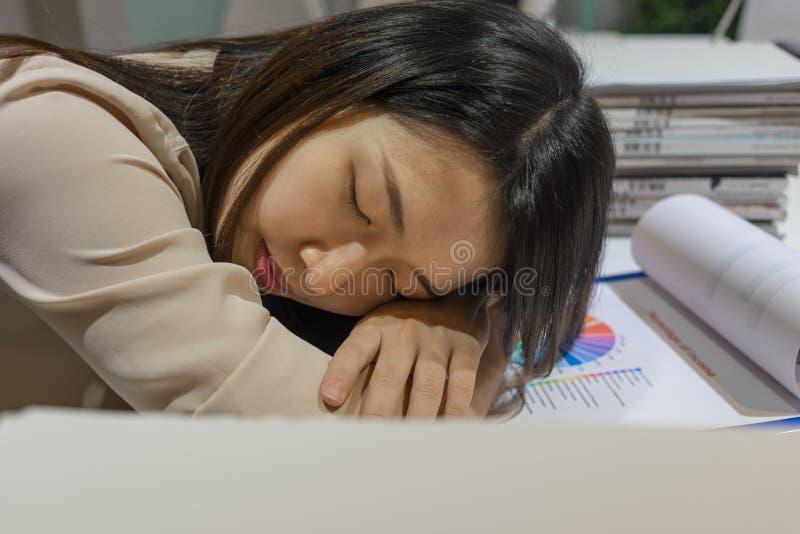 睡觉在办公室的年轻女实业家 免版税库存图片