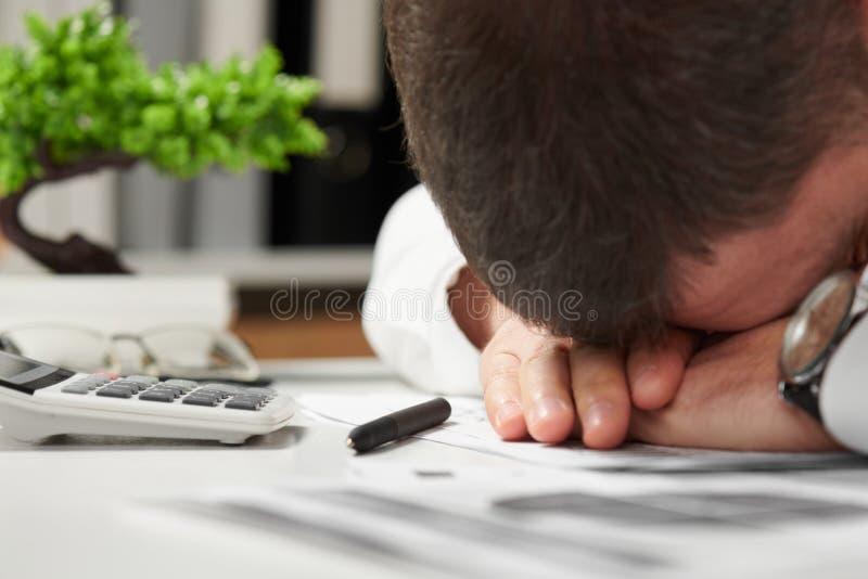 睡觉在办公室的疲乏的商人 企业财务会计概念 库存图片