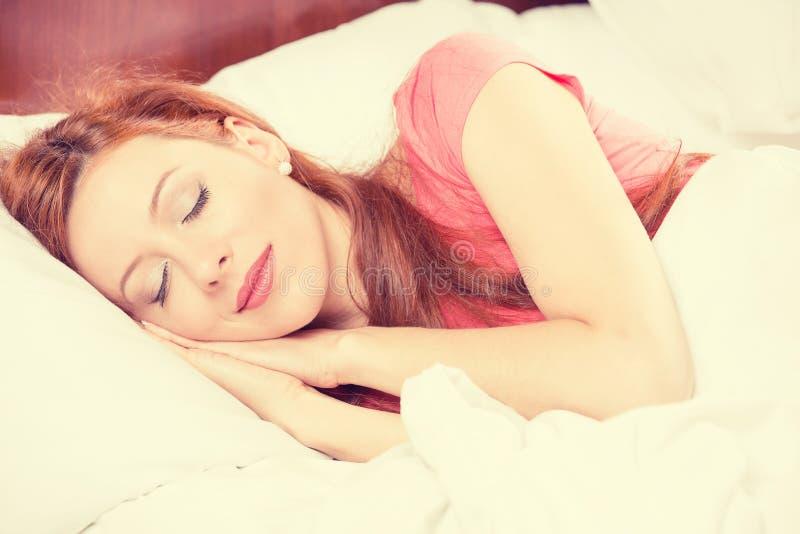 睡觉在卧室的特写镜头画象年轻美丽的女孩 免版税库存照片