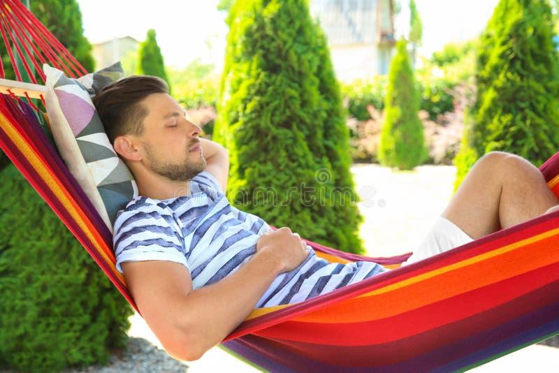 睡觉在吊床的人户外 免版税库存图片