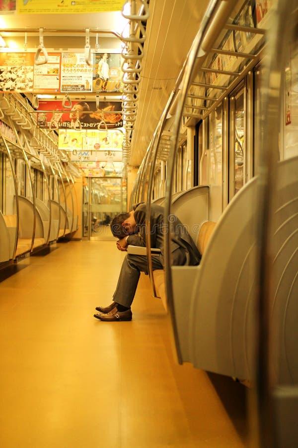 睡觉在地铁的商人 图库摄影
